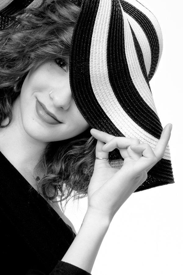 donna con cappello a righe che ride