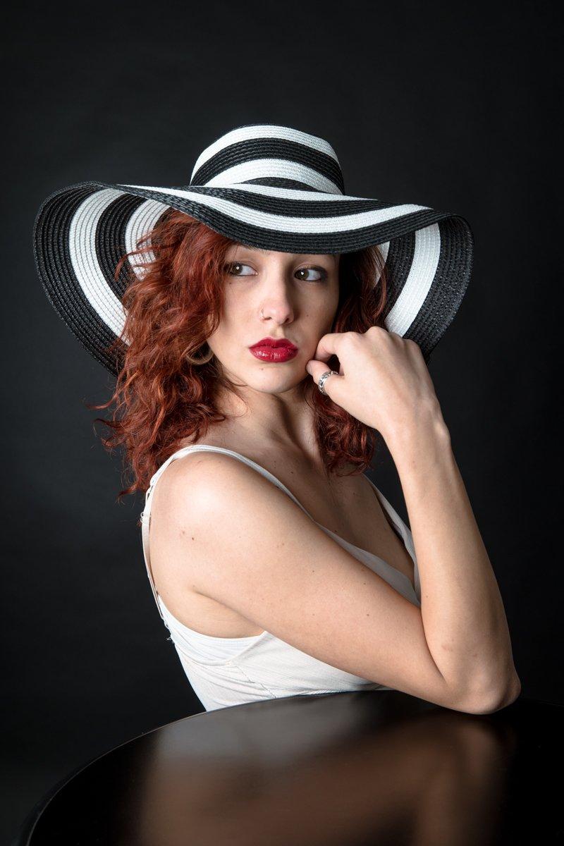 ragazza con cappello a righe a colori (10)