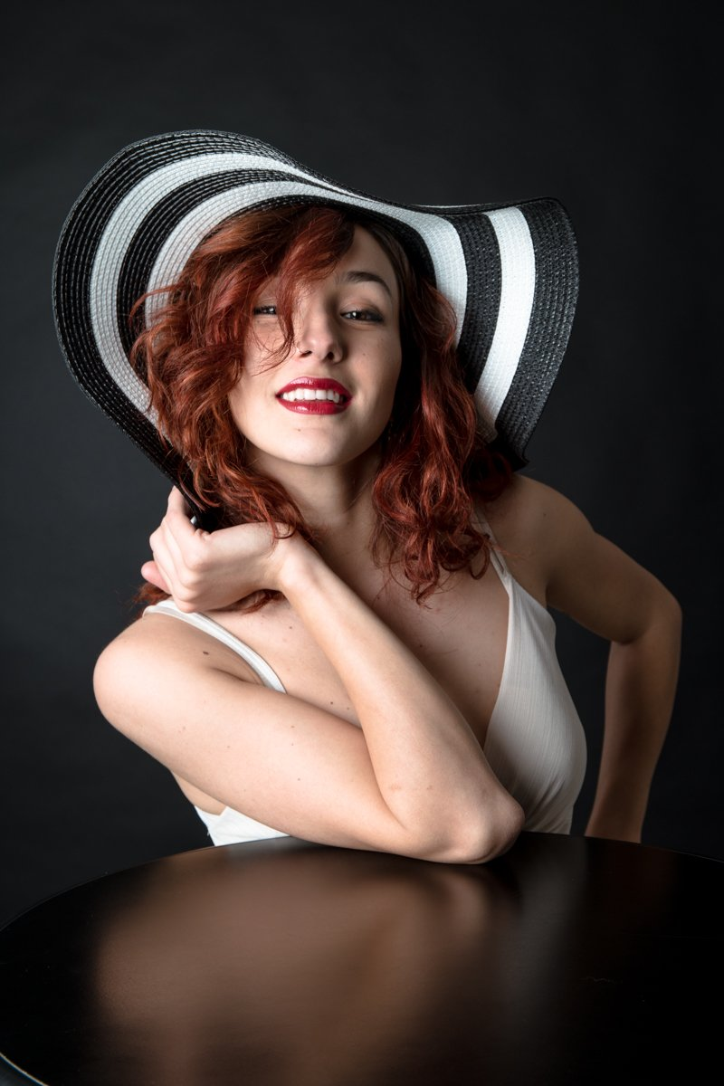 ragazza con cappello a righe a colori (14)