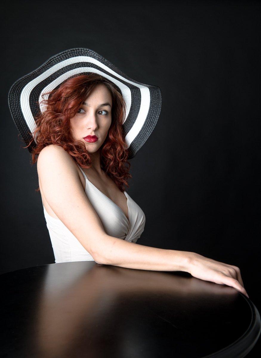ragazza con cappello a righe a colori (2)