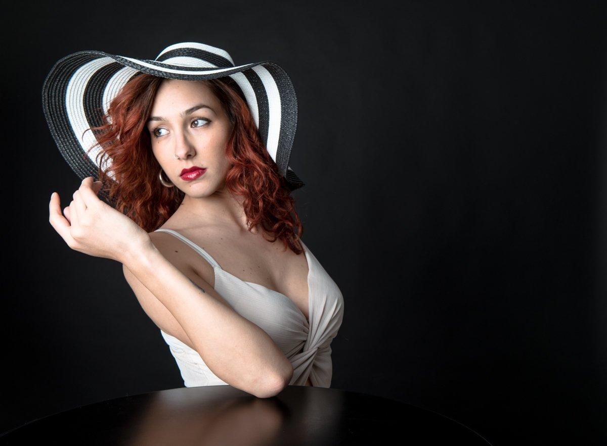 ragazza con cappello a righe a colori (3)