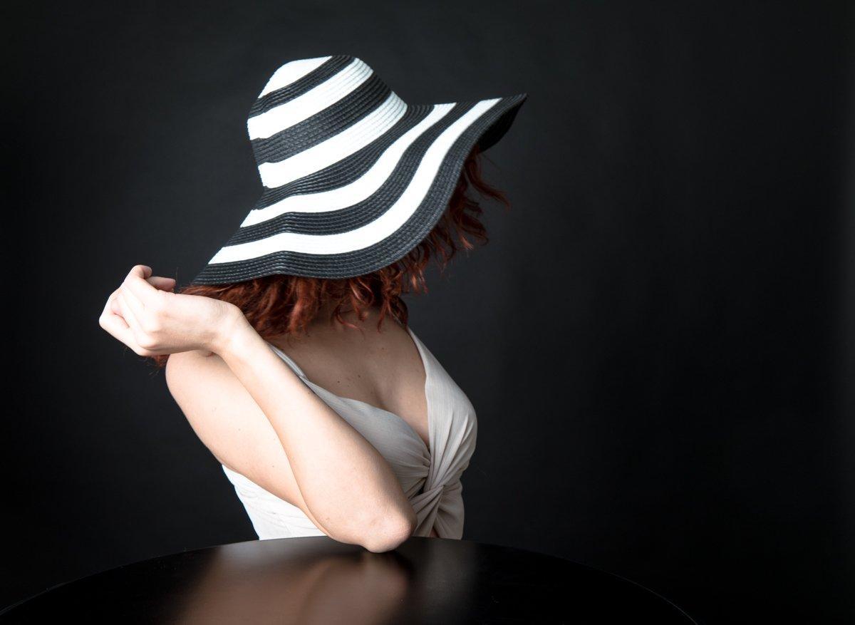 ragazza con cappello a righe a colori (4)