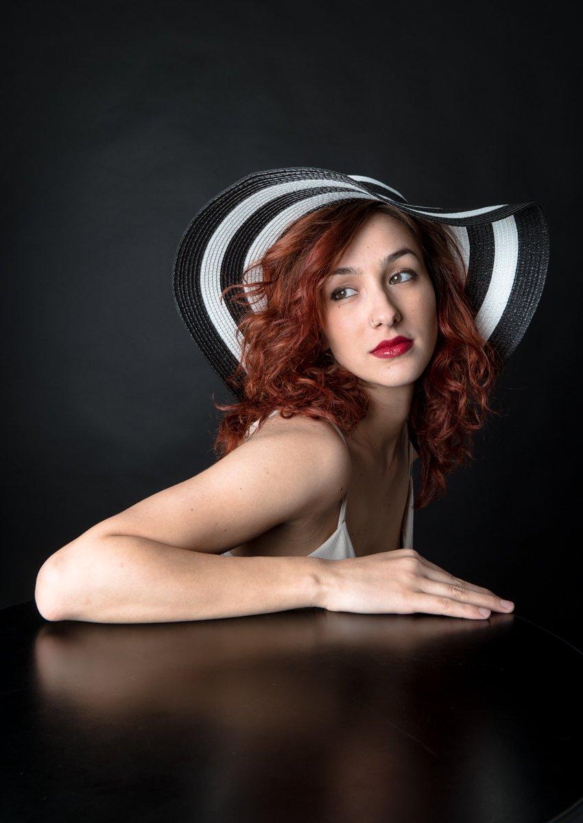 ragazza con cappello a righe a colori (6)