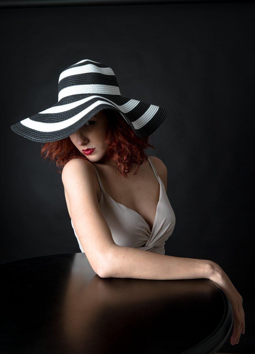 ragazza con cappello a righe a colori (7)