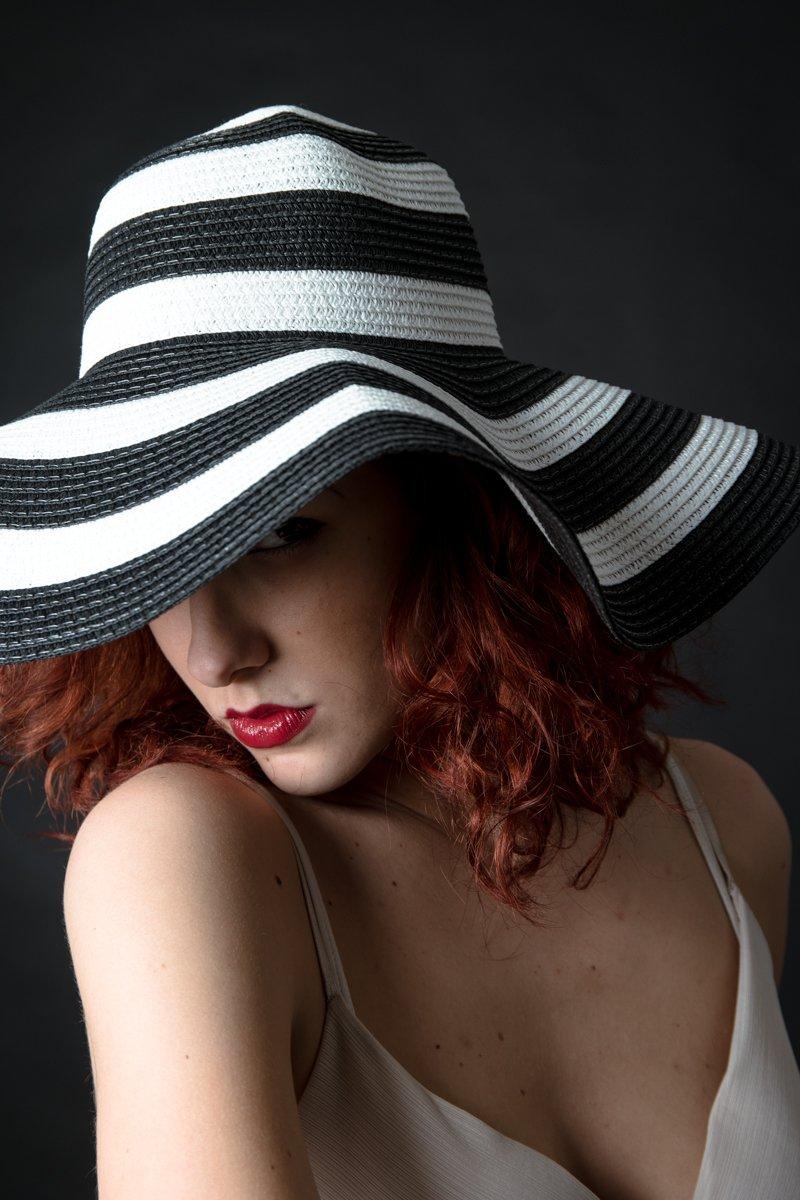 ragazza con cappello a righe a colori (8)