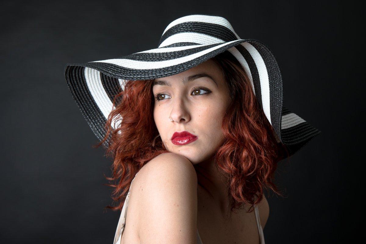 ragazza con cappello a righe a colori (9)